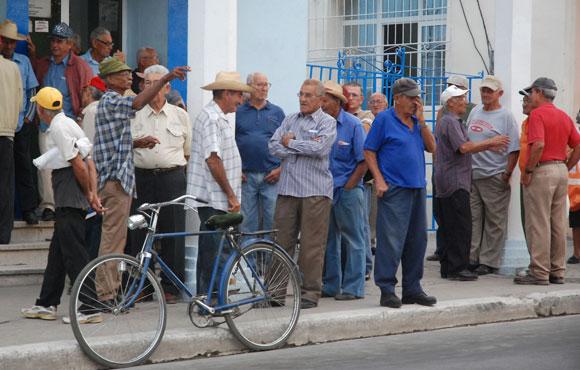 Tuneros mientras esperan del pago de la chequera