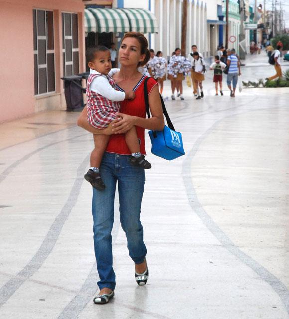 Una madre llevando su bebe al circulo infantil