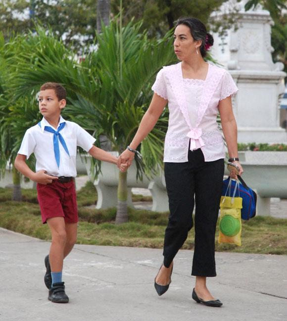 Madre con su hijo se dirigen a la escuela
