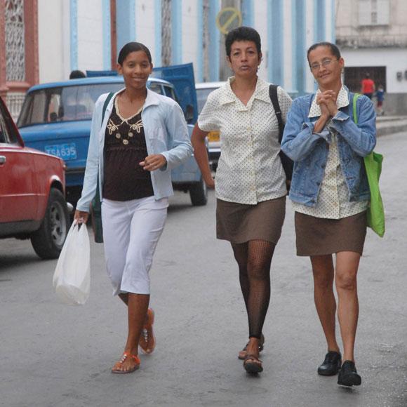 Trabajadoras tuneras se dirigen hacia su centro de trabajo