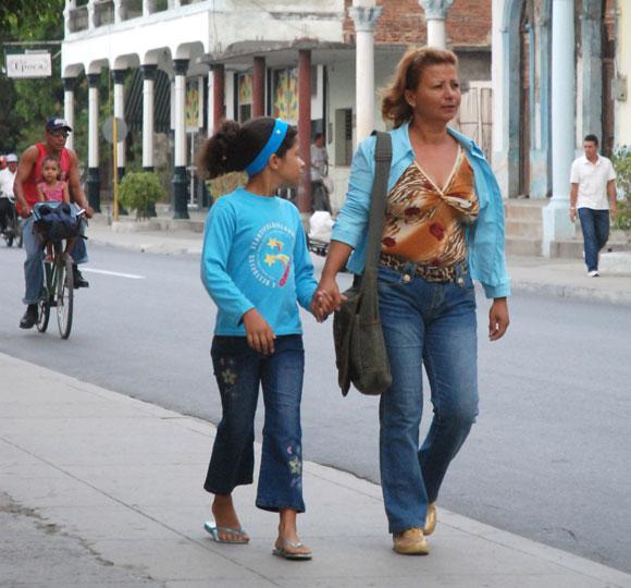 Madre con su hija se dirigen a la escuela