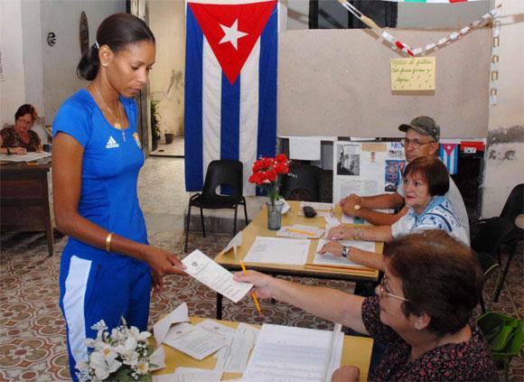 Yumilka Ruiz, gloria del deporte cubano y ex capitana del equipo Cuba de voleibol, recibe la boleta para ejercer su voto democrático, en Camagüey, el 25 de abril del 2010, durante los comicios parciales para elegir al delegado que la representará en la Asamblea Municipal del Poder Popular. AIN Foto: Rodolfo BLANCO CUE