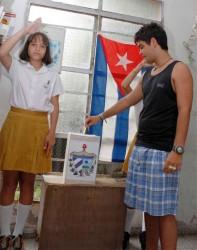 Joven elector ejerce su derecho al voto, en la ciudad de Camagüey, el 25 de abril de 2010, durante los comicios parciales para elegir a los delegados a las Asambleas Municipales del Poder Popular. AIN Foto: Rodolfo BLANCO CUE