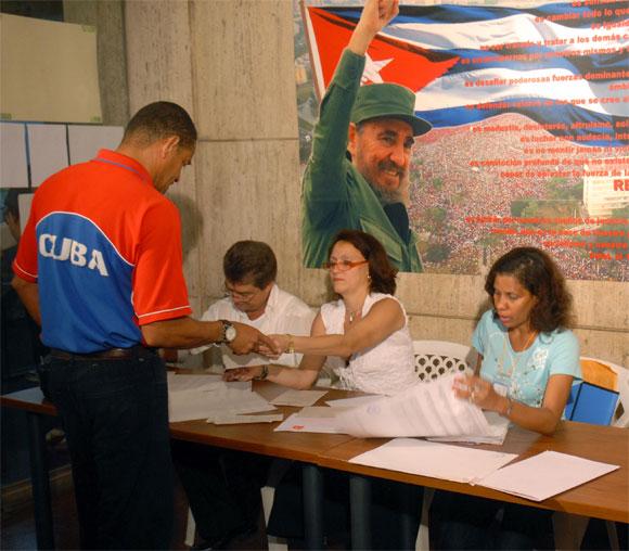 A las siete de la mañana del 25 de abril de 2010, abrió sus puertas el Colegio Electoral No. 2 de la Circunscripción 76, del municipio Plaza de la Revolución, en La Habana, para elegir a delegados a las Asambleas Municipales del Poder Popular, a través del voto libre, directo y secreto. AIN Foto:Marcelino VAZQUEZ HERNANDEZ