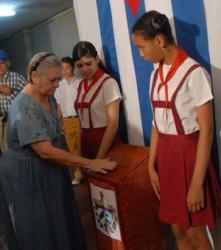 Electora del municipio Plaza de la Revolución, en La Habana, ejerce su derecho al voto en el Colegio Electoral No. 2, de la Circunscripción 76, el 25 de abril de 2010, para elegir al delegado que los representará en la Asamblea Municipal del Poder Popular. AIN Foto: Marcelino VAZQUEZ HERNANDEZ