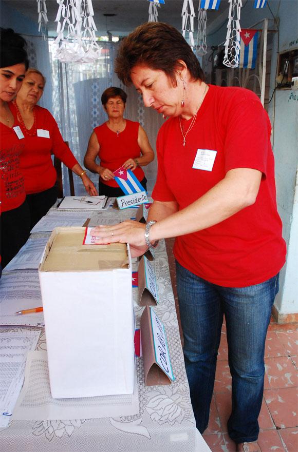 Presidenta del colegio electoral en el sellaje de la urna, en el Colegio Electoral No. 2 de la Circunscripción 5, municipio de Las Tunas, en Las Tunas, el 25 de abril de 2010. AIN Foto: Yaciel PEÑA DE LA PEÑA