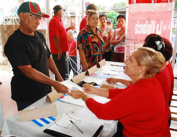Proceso del registro de electores, en el Colegio Electoral No. 2 de la Circunscripción 5, municipio de Las Tunas, en Las Tunas, el 25 de abril de 2010. AIN Foto: Yaciel PEÑA DE LA PEÑA