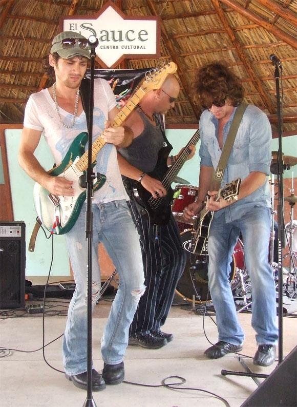 Ernesto Blanco invitó a su hermano, el músico David Blanco, para interpretar un tema del disco Kilómetro Cero. Foto: Marianela Dufflar / Cubadebate
