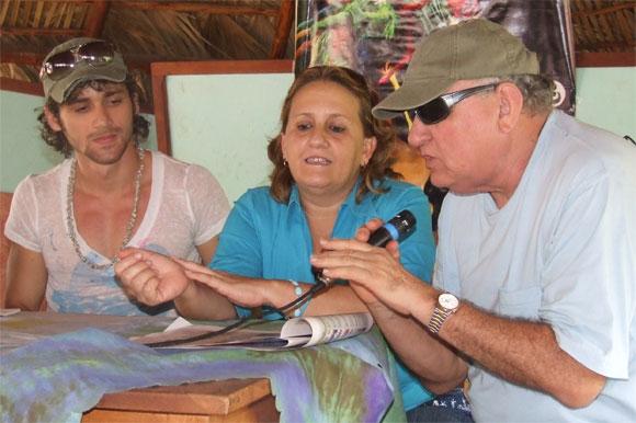 Momento en que el Presidente de Cubadisco, Ciro Benemelis, anunció las nominaciones del disco Kilómetro Cero en Cubadisco 2010. Foto: Marianela Dufflar / Cubadebate