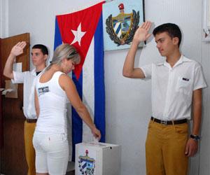 Electora camagüeyana ejercer su voto democrático, en la Circunscripción 137 del reparto Garrido, en la provincia de Camagüey, para elegir a su representante a la Asamblea Municipal del Poder Popular, el 25 de abril del 2010. AIN Foto: Rodolfo BLANCO CUE