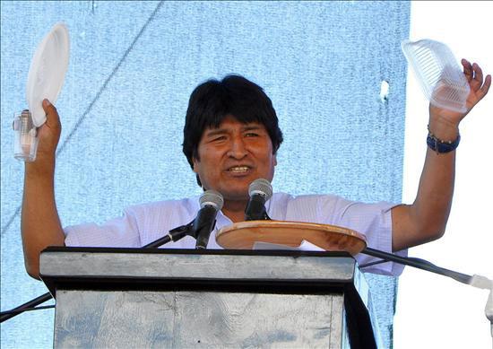 """El presidente de Bolivia, Evo Morales, muestra a los asistentes un plato de plástico hoy, martes 20 de abril de 2010, durante su discurso inaugural de la conferencia mundial sobre el cambio climático, en la localidad de Tiquipaya, aledaña a Cochabamba (centro del país), organizado por su Gobierno junto a pueblos indígenas y movimientos sociales. En el acto, Morales afirmó que o """"muere el capitalismo o muere la Madre Tierra"""". EFE/Jorge Abrego"""