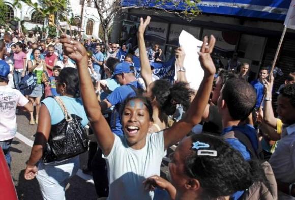 El pueblo habanero, vestido de azul, en las calles para recibir a Industriales.