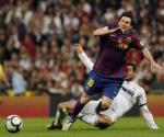El argentino del Barcelona, Lionel Messi (I) y el jugador del Real Madrid, Raul Albiol (D), el 10 de abril de 2010