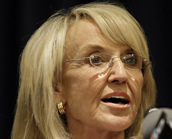 Esta fotografía del 14 de abril del 2010 muestra a la gobernadora de Arizona, Jan Brewer, en la sede del Legislativo en Phoenix. Foto: Matt York / AP