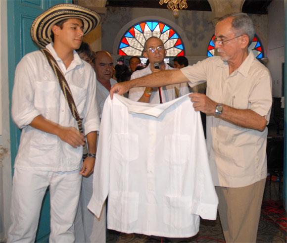 Guayabera de Gabriel Garcìa Màrquez, Premio Nobel de Literatura, donada al Proyecto Cultural La Guayabera, en Sancti Spìritus, el 17 de abril de 2010. AIN FOTO/Oscar ALFONSO SOSA