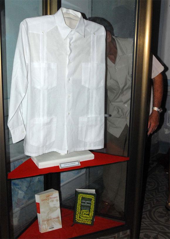 Guayabera de Gabriel García Márquez, Premio Nobel de Literatura, donada al Proyecto Cultural La Guayabera, en Sancti Spíritus, el 17 de abril de 2010. AIN Foto: Oscar ALFONSO SOSA