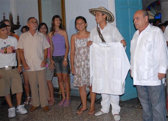 Acto de entrega de la guayabera de Gabriel García Márquez, Premio Nobel de Literatura, donada al Proyecto Cultural La Guayabera, en Sancti Spíritus, el 17 de abril de 2010. AIN Foto: Oscar ALFONSO SOSA