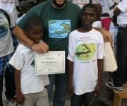 Kacho, coordinador de la Brigada Artística Cubana Marta Machado junto a niños haitianos. Foto: Brigada Marta Machado