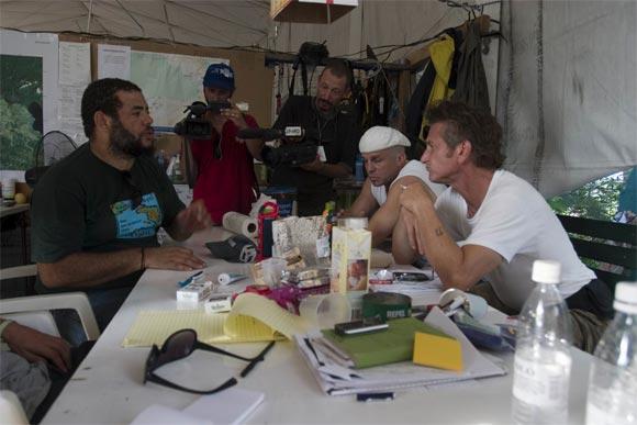 Kcho (D) dialoga con Sean Penn durante la visita que hiciera el actor a la Brigada Artística Cubana Marta Machado. Foto: Brigada Marta Machado