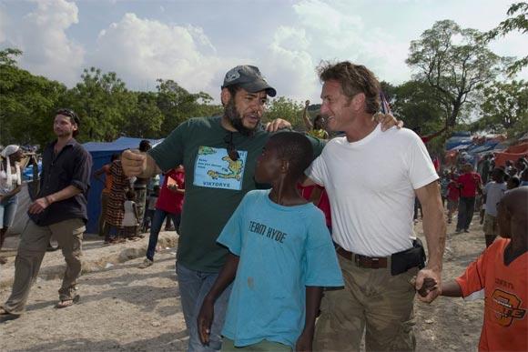 Sean Penn (D) visita a la Brigada Artística Cubana Marta Machado que coordina el artista de la plástica Kcho (I). Foto: Brigada Marta Machado