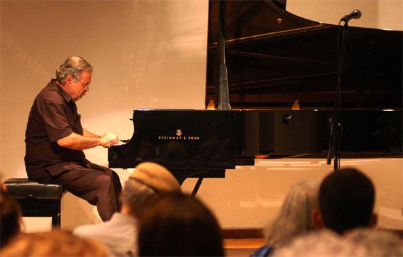 José María Vitier, Compositor y pianista cubano, durante el acto realizado en el Memorial José Martí de La Habana, Cuba, el 5 de abril de 2010 por el 80 Aniversario del natalicio de Vilma Espín. AIN Foto: Sergio ABEL REYES