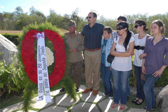 Familiares rinden homenaje a Vilma Espín por su 80 cumpleaños, en el Mausoleo a los Mártires del II frente en Mayarí Arriba, provincia de Santiago de Cuba, el 7 de Abril de 2010. AIN Foto: Miguel RUBIERA JUSTIZ