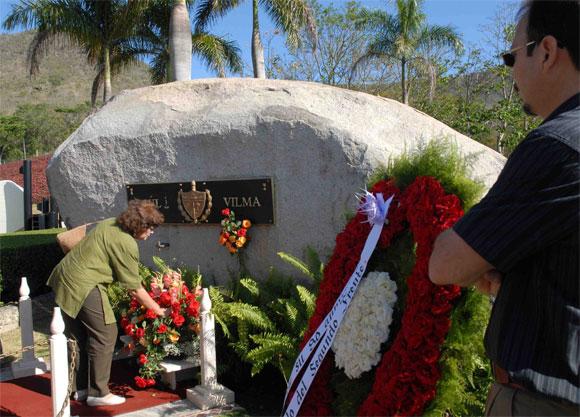 Doctora Miada Álvarez (I), directora del Centro de Estudio de la Mujer, y Alejandro Castro Espín (D), hijo menor de Vilma, rinden homenaje a Vilma Espín por su 80 cumpleaños, en el Mausoleo a los Mártires del II frente en Mayarí Arriba, provincia de Santiago de Cuba, el 7 de Abril de 2010. AIN Foto: Miguel RUBIERA JUSTIZ