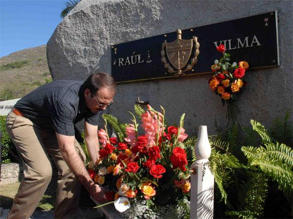 Alejandro Castro Espín deposita una ofrenda floral a su madre Vilma Espín, Heroína del II frente, por su 80 cumpleaños, en el Mausoleo a los Mártires del II frente en Mayarí Arriba, provincia de Santiago de Cuba, el 7 de Abril de 2010. AIN Foto: Miguel RUBIERA JUSTIZ