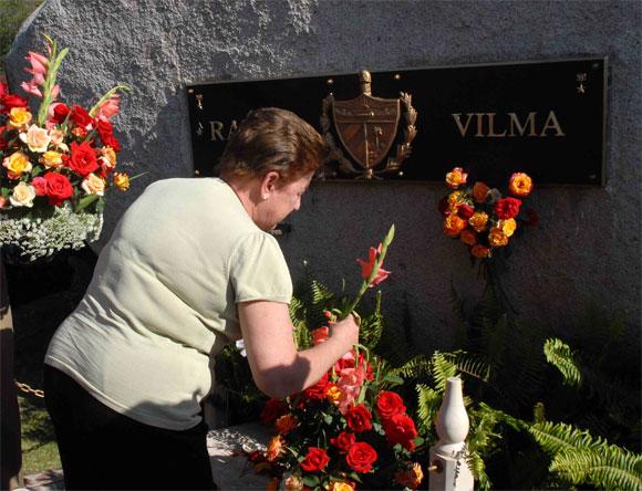 Yolanda Ferrer Gómez, secetaria general de la Federación de Mujeres Cubanas (FMC), rinde homenaje a Vilma Espín, Heroína del II frente, por su 80 cumpleaños, en el Mausoleo a los Mártires del II frente en Mayarí Arriba, provincia de Santiago de Cuba, el 7 de Abril de 2010. AIN Foto: Miguel RUBIERA JUSTIZ
