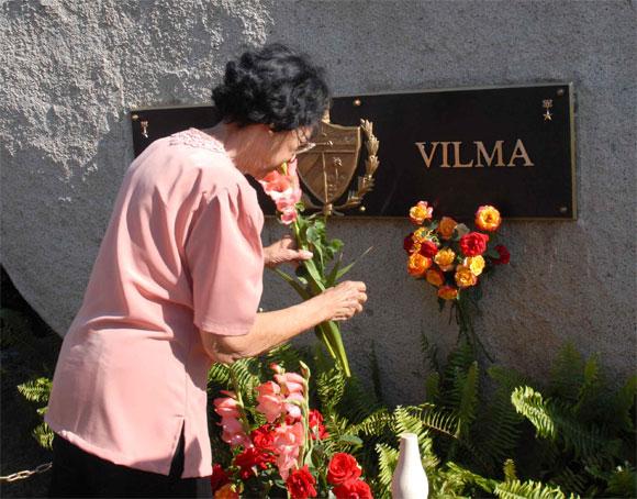 Acela de los Santos, combatiente del II Frente, rinde homenaje a Vilma Espín, Heroína del II frente, por su 80 cumpleaños, en el Mausoleo a los Mártires del II frente en Mayarí Arriba, provincia de Santiago de Cuba, el 7 de Abril de 2010. AIN Foto: Miguel RUBIERA JUSTIZ