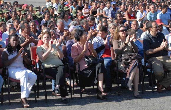 De izquierda a derecha, Yolanda Riverí, secretaria del Partido en el II Frente, Yolanda Ferrer, secretaria general de la Federación de Mujeres Cubanas (FMC), Acela de los Santos, combatiente de la Revolución, Dévora Castro Espín y Alejandro Castro Espín, hijos de la Vilma Espín, presidieron la Gala en homenaje a Vilma, Heroína del II frente, por su 80 cumpleaños, en el Mausoleo a los Mártires del II frente en Mayarí Arriba, provincia de Santiago de Cuba, el 7 de Abril de 2010. AIN Foto: Miguel RUBIERA JUSTIZ