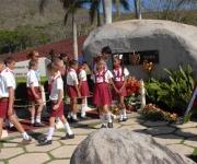 Pioneros del municipio de II Frente rinden homenaje a Vilma Espín por su 80 cumpleaños, en el Mausoleo a los Mártires del II frente en Mayarí Arriba, provincia de Santiago de Cuba, el 7 de Abril de 2010. AIN Foto: Miguel RUBIERA JUSTIZ