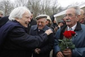 """Jorge Semprún saluda a Virgilio Peña y Vicente García hoy en el ex campo de concentración de Buchenwald. """"El deportado 44904, el pecho con el triángulo rojo estampado en negro con la letra 'S' de 'Spanier', español, ése era yo"""", escribre Semprún- ULY MARTÍN"""