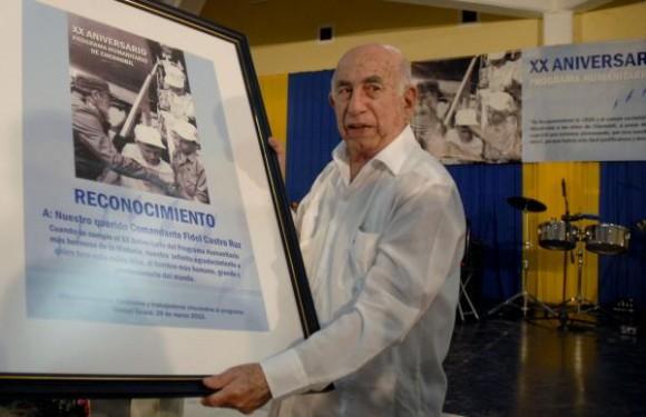 osé Ramón Machado Ventura, primer vicepresidente de los Consejos de Estado y de Ministros de Cuba, sostiene un cuadro de reconocimiento que se le concediera al compañero Fidel Castro Ruz, por ser el máximo inspirador del Programa Humanitario de Chernóbil, durante el acto central por el XX Aniversario de esta obra humanitaria, el 1 de abril de 2010. AIN FOTO/Omara GARCIA MEDEROS