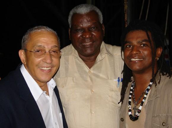Juan Formell, el Vicepresidente cubano Esteban Lazo y el cantante de Van Van Mayito Rivera.