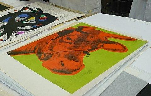 En primer plano, cuadro de Warhol donado al Museo de Bellas Artes de Cuba. A su lado, un Miró.