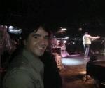 Luis Fonsi publicó en Twitter una foto en el que se le ve esperando que termine Juan Luis Guerra de cantar para subir al escenario. Foto: Twitter