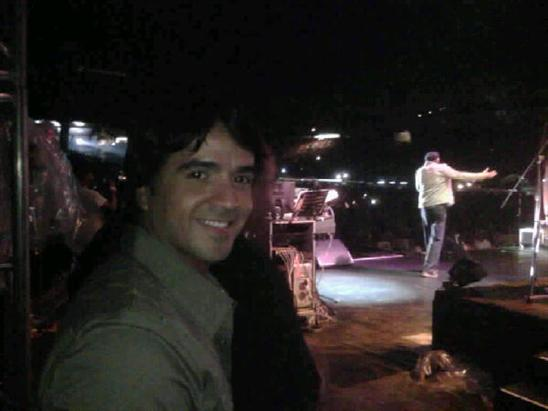 Luis Fonsi publicó en Twitter una foto en el que se le ve esperando que termine Juan Luis Guerra de cantar para subir al escenario: