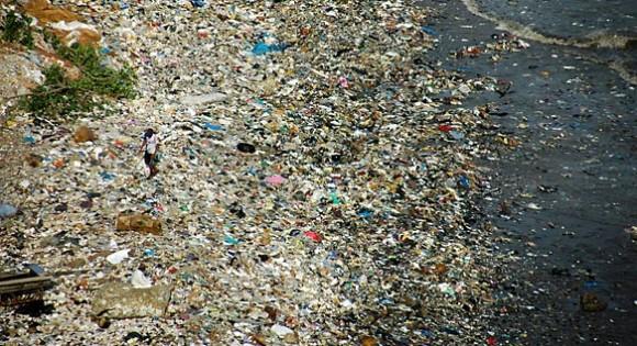 Una vasta mancha de basura flotante se extiende por miles de kilómetros cuadrados en un área remota del Océano Atlántico.
