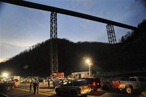 La policía del estado de Virginia Occidental dirige el tráfico frente a la mina Upper Big Branch el lunes 5 de abril del 2010 luego de registrarse una explosión en el yacimiento, que es subterráneo. Las autoridades informaron de al menos 25 muertos en la madrugada del martes 6. (Foto AP/Jeff Gentner)