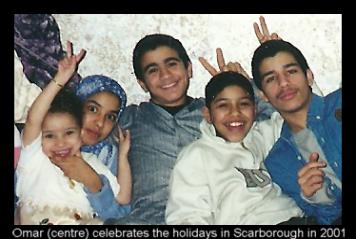 Omar (al centro) celebra su cumpleaños en el 2001