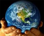 Planeta Tierra en manos del hombre