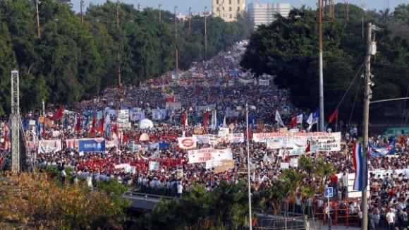 """Desfile central por el Primero de Mayo, en la Plaza de la Revolución """"José Martí"""", de esta capital, el 1 de mayo de 2010.  AIN FOTO/Marcelino VAZQUEZ HERNANDEZ"""