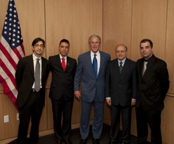 El contrarrevolucionario Ernesto Hernández Busto, radicado en España (el primero de izquierda a derecha), rindió cuenta a George W. Bush en la conferencia sobre ciberguerra efectuada en Texas.   Foto: Bush Instituto.