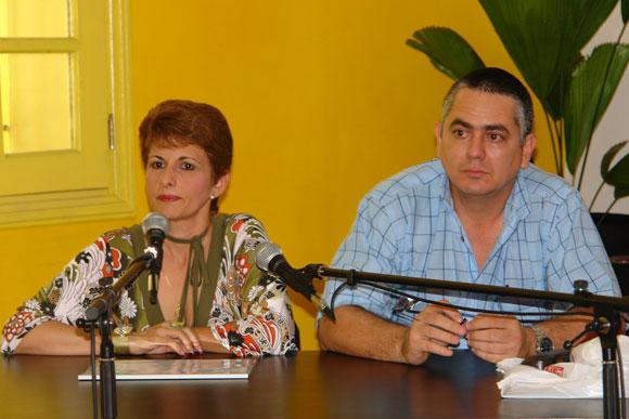 Teresita Espino (I), Gerente general de Soycubano, en la presentación del sitio web Mallcubano.com