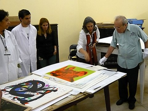 Ricardo Alarcón y el equipo de conservación del Museo de Bellas Artes de Cuba