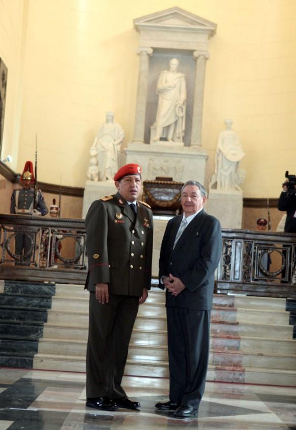 Raúl y Chávez en el Pantéon Nacional de Caracas