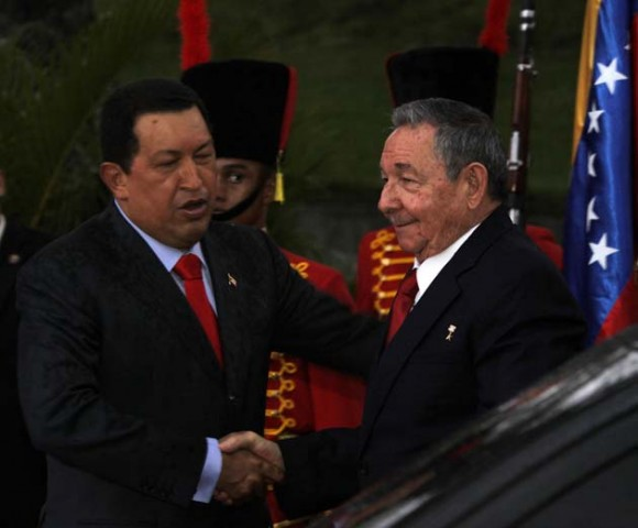 Raúl y Chávez, despedida en Maiquetía. Foto: ABN