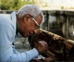 Richad Egües afinando un piano.