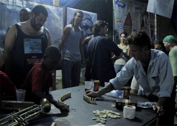 Sean Penn con los artistas cubanos en Haití